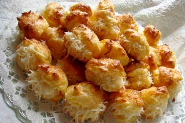 A sajtkrémmel töltött pogácsa azért különleges, mert a krém mellett a tésztája is sajttal készül.
