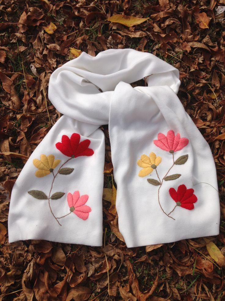 Bufanda bordada a mano con lana Pedidos a cozypatch@gmail.com
