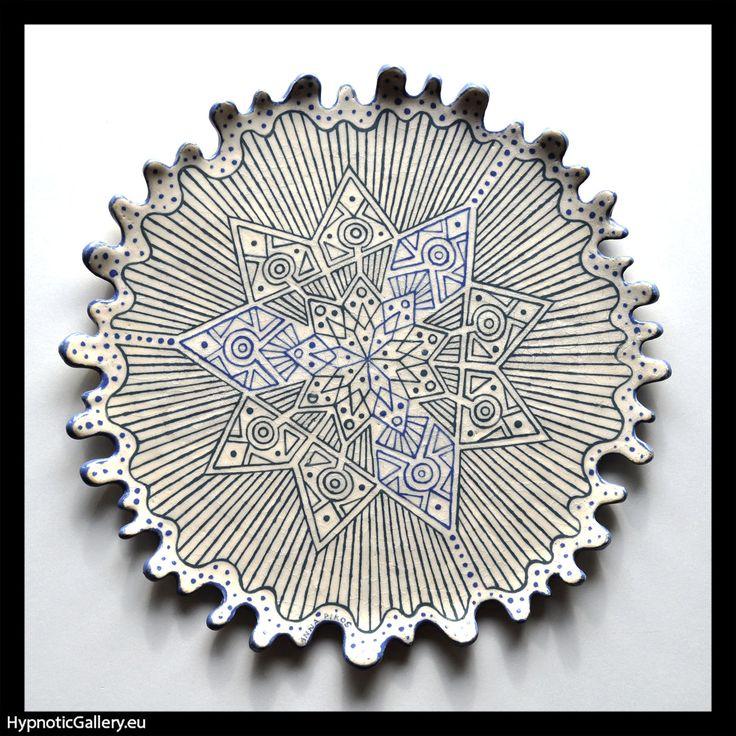 Wavy platter with grey nine-arm star. Falista patera z szarą dziewięcioramienną gwiazdą.