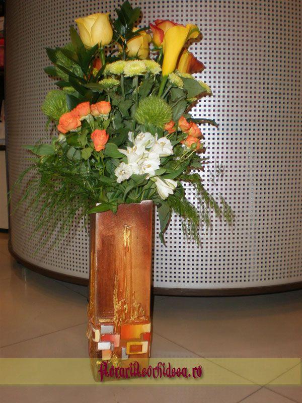 Buchet din trandafiri, miniroze portocalii, cale galbene, diantus prin http://www.florariileorhideea.ro/