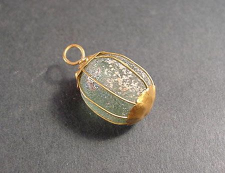 Gold pendant with glass bead, Roman, 2nd century B.C. to 1st century A.D.