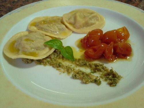 Ravioli de pato com tomate cherry confitado e pistou de amêndoas com manjericão. Duck ravioli, cherry tomatoes confit and almonds with basil pistou.