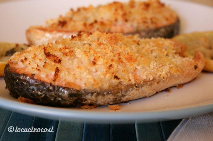 Il salmone gratinato al limone è un secondo di pesce semplice e delicato, con una croccante panatura profumata al limone.