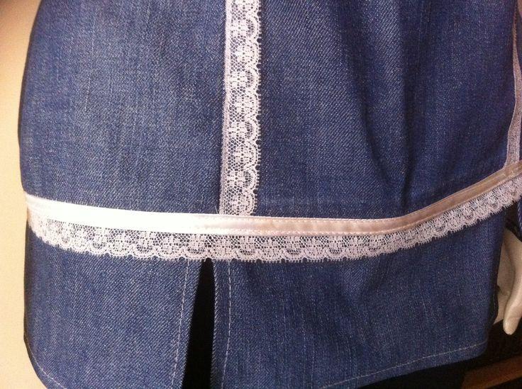 Detalle de top hecho con restos de pantalon vaquero. Con aplicaciones de puntilla