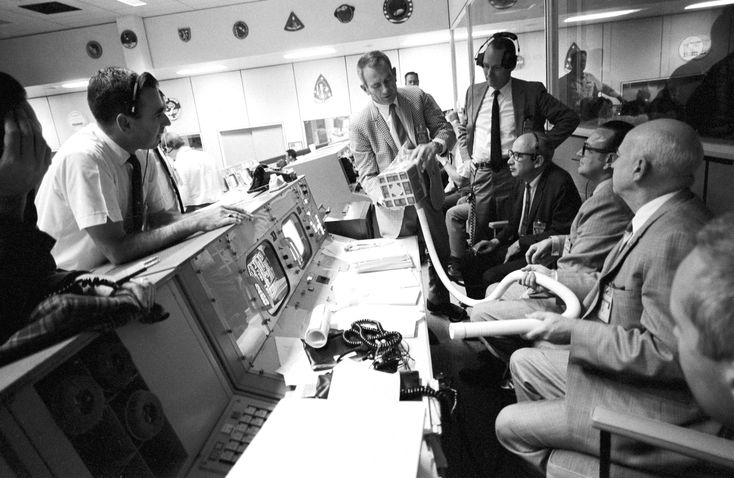 apollo 13 leadership during a crisis During his meeting with operations group sierra, aaron stressed the importance of leadership during a crisis he said someone has to be in charge and it's important based on the situation.