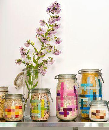 des bocaux de conserve en verre customisés avec des morceaux de masking tape de…
