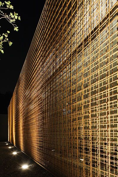 Siatki metalowe zostały zainstalowane jako ochrona przeciwsłoneczna mająca chronić biuro projektowe.