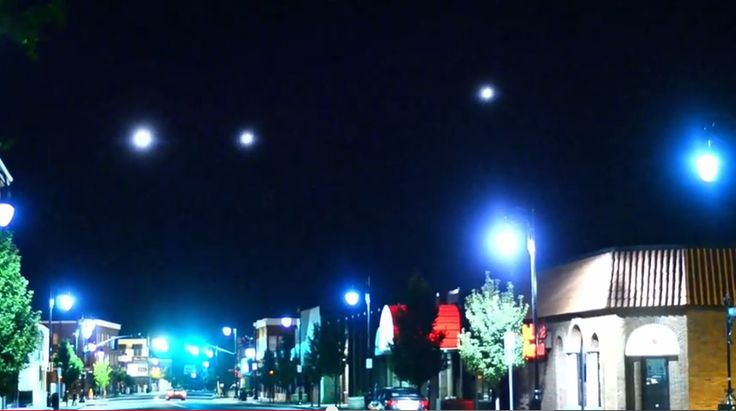 Las luces de Massachusetts capturadas en video. Los ovnis se postraron sobre la ciudad de Massachusetts y hicieron maniobras sincronizadas