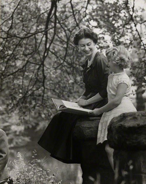 Rainha Elizabeth e sua filha Princesa Anne, em 1957