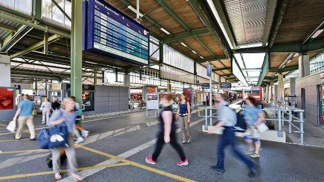 Trickdieb-Plage am Bahnhof: Die Bahn warnt jetzt Reisende -   Die Anzahl der Taschendiebe ist im Bahnhof um 36,9 Prozent angestiegen http://www.bild.de/regional/stuttgart/bahnhof/die-bahn-warnt-jetzt-reisende-auf-anzeigetafeln-42079064.bild.html
