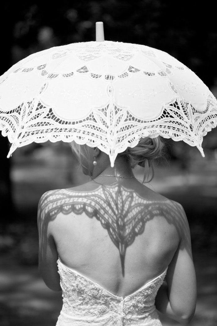 Quand c'est la dentelle qui te fait de l'ombre !  / Photo en noir et blanc.