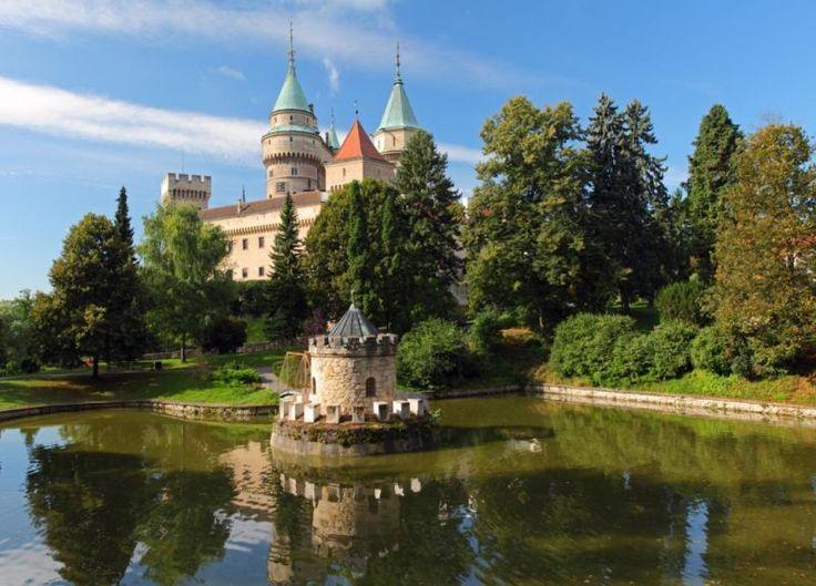 Het kasteel van Bojnice, of Bojnický zámok, kent een lange geschiedenis die terug te voeren is naar begin van de 12e eeuw. Het kasteel is erg vaak verbouwd, er zijn gotische elementen in het kasteel te herkennen evenals stijlelementen uit de Romantiek die beide tijdens de verbouwing van 1889 zijn toegevoegd. Het kasteel heeft een rijke uitstraling en is enorm mooi gelegen, daarnaast is bijna het hele kasteel te bezichtigen tijdens de tour. Het is goed om vooraf te informeren wanneer de…