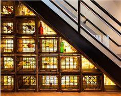 Disposez des casiers à bouteilles vintage sous vos escaliers. | 27 idées géniales pour utiliser l'espace sous vos escaliers