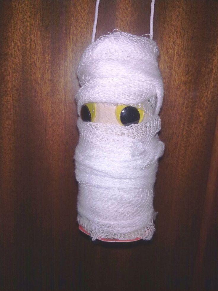 Lavoretti per Halloween  Mummia con rotolo di carta, e dentro caramelle!!!!!!