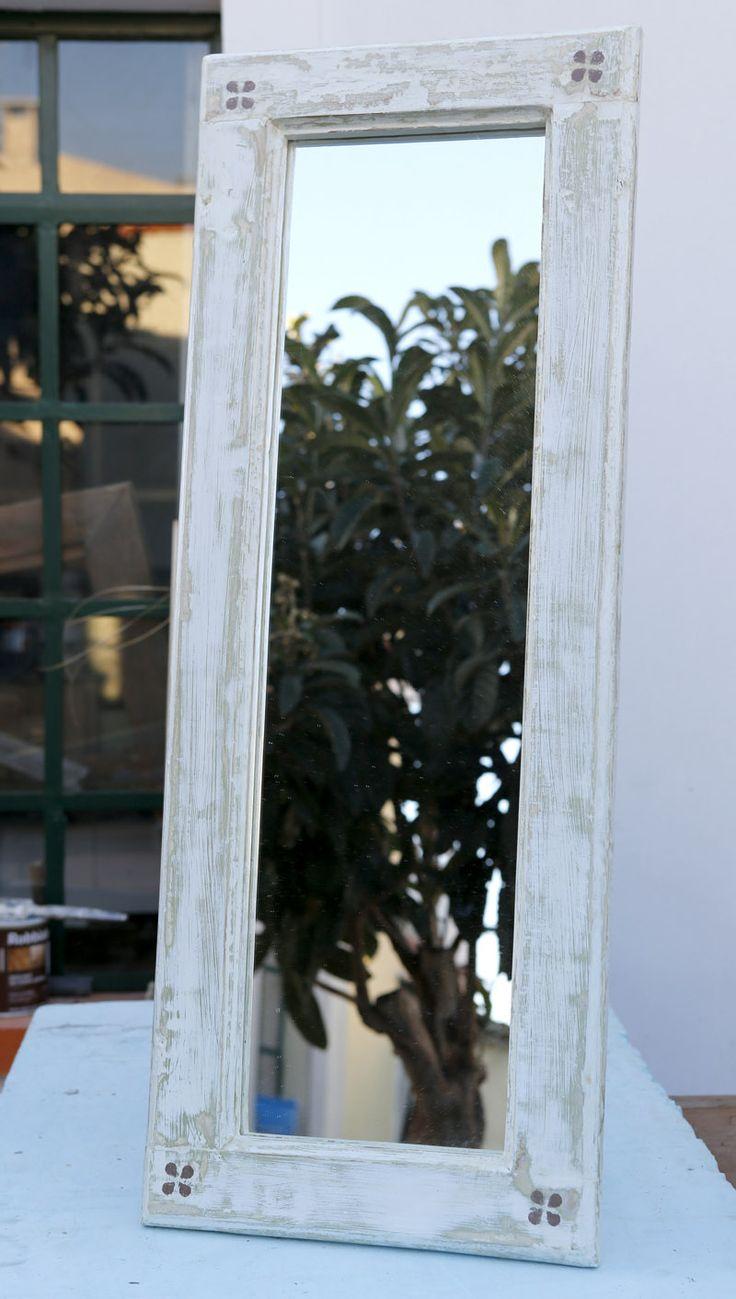 Espelho feito com uma janela recuperada.