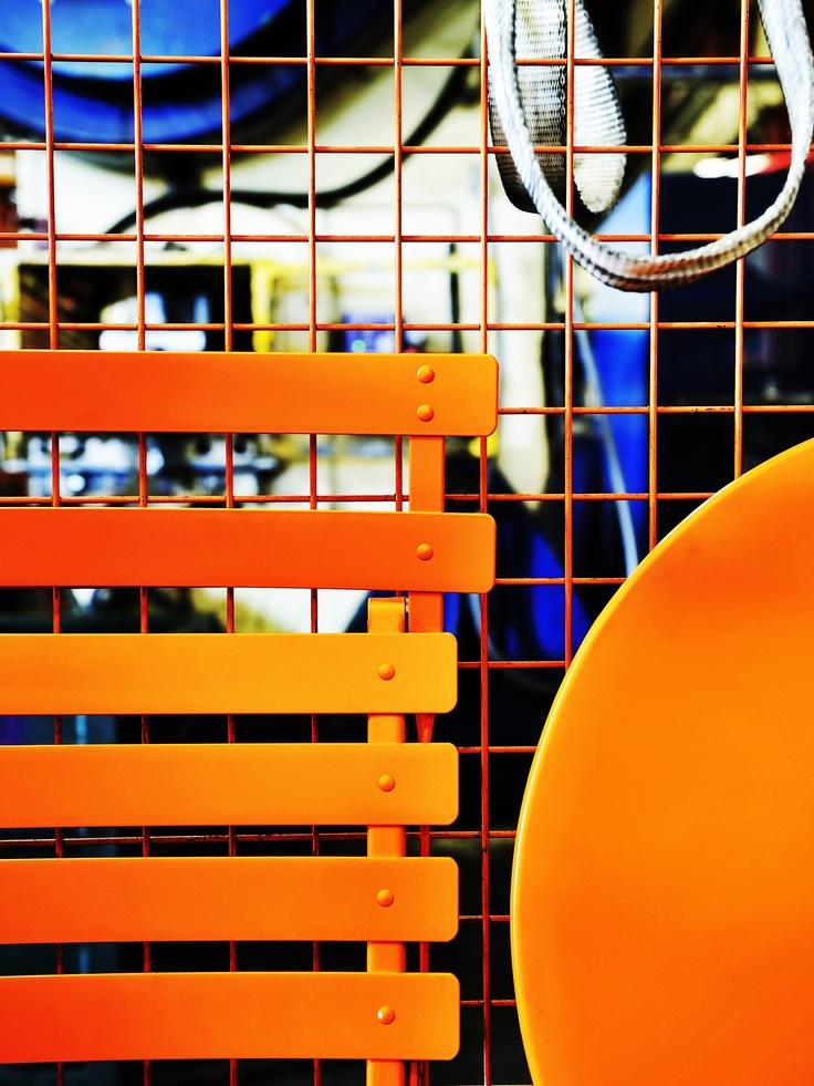 Coulisses de l'usine #Fermob à Thoissey dans l'Ain avec le mobilier d'extérieur #Bistro #couleur #Carotte / #orange