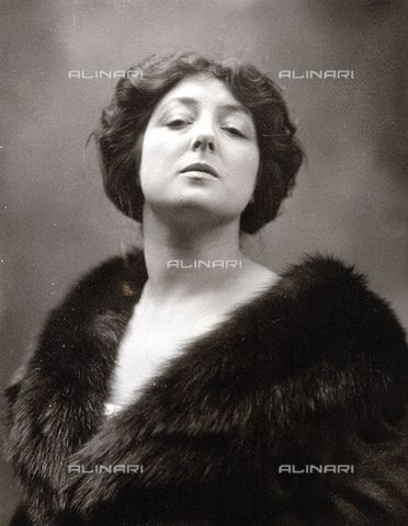 Half-length portrait of the famous opera singer Toti Dal Monte 1925-1930 (c) Nunes Vais, Mario Fratelli Alinari Museum Collections-Nunes Vais Archives, Florence