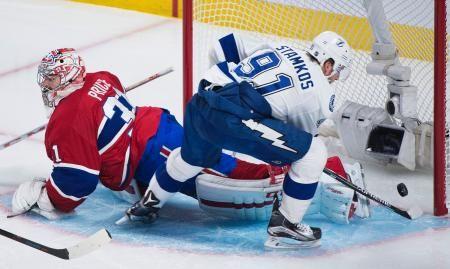 カナディアンズのGKプライス(左)をかわしてゴールを奪うライトニングのスタムコス=モントリオール(AP=共同) ▼4May2015共同通信|NHL、ライトニングなど2連勝 プレーオフ http://www.47news.jp/CN/201505/CN2015050401001449.html