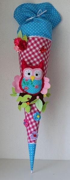 Eine in liebevoller Handarbeit gefertigte, traumhaft schöne Schultüte aus wunderschönem Baumwollstoff ( pink kariert) und türkis gepunktet. Die S...