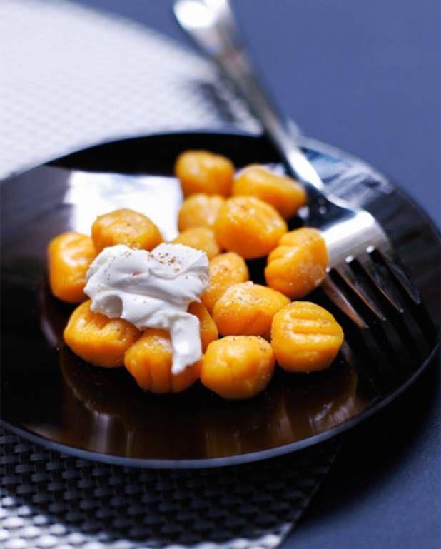Gnochetti de patate douce, sauce mascarpone  2 patates douces 100 g de fécule de maïs 100 g de farine 1 jaune d'oeuf 1 pincée de noix muscade 3 cuillère(s) à soupe de mascarpone 5 brins de ciboulette 1 petite tomate parmesan râpé      Pelez les patates, coupez-les en dés.Faire cuire 20 mn à la vapeur. faire une purée.refroidir. Ajoutez la noix muscade,sel, poivre.faire bouillir de l'eau. y faire cuire les gnocchis5 5 min jusqu'à ce qu'ils remontent à la surface. servir avec du parmesan…