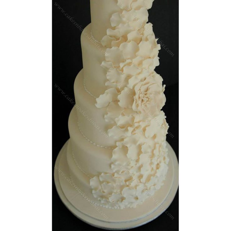 Cakes n Bakes for Customized Wedding Cakes in Dubai. #weddingsReinvented