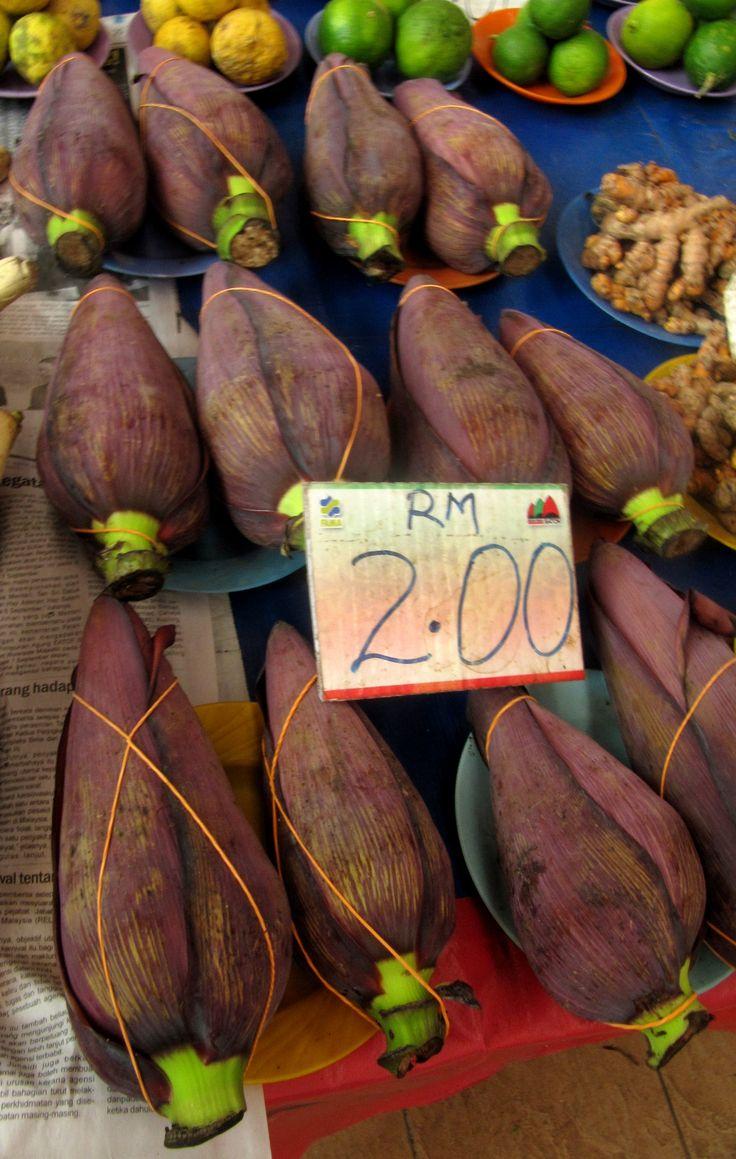 Flor del plátano en un mercado de Kuching, Borneo