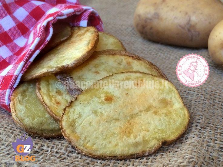 Le chips di patate al forno sono facili velocissime e davvero gustose. Piaceranno a tutti.