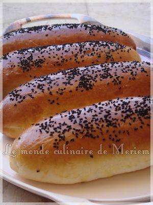 Encore une fois je désire partager une recette que j'ai découverts grâce a mon amie Kaouther ,et la recette originale se trouve sur le blog de Ghizlaine (Un blog que je vous recommande) , ça donne des pains hyper moelleux, excellents, trop bons, en un...
