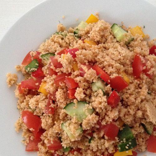 Egal ob als Mittagessen auf der Arbeit / in der Uni oder als Mitbringsel zum Buffet auf der nächsten Party, dieser Salat ist ein echtes Rundumtalent! Ganz ohne Dressing kommt er trotzdem super schmackhaft daher, ein fettarmer Salat perfekt für alle HCLFler.