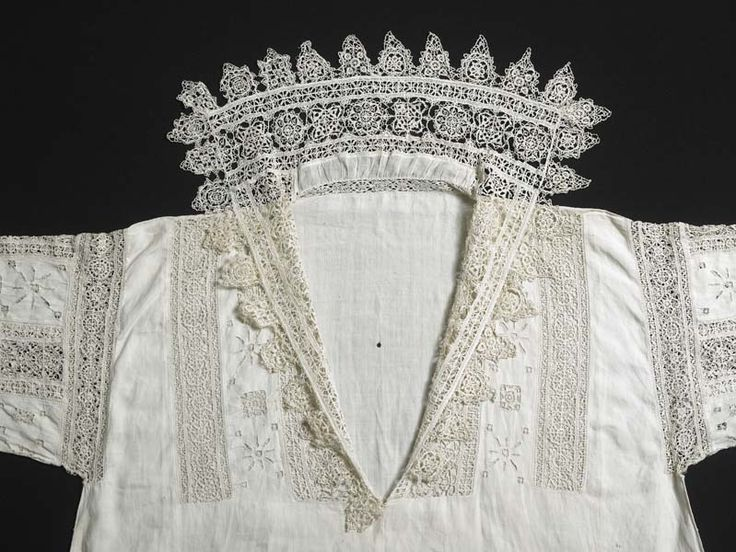 Smock | Museum of London. Cutwork, needle lace and bobbin lace. circa 1603-1610 (per Janet Arnold).