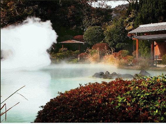 몸도 피로할 때 들어가 푹 쉬고 싶어지는 일본의 온천의 모습이다.  온천도 화산과 비슷한 지역에 생성되며 마그마에 의해 지하수가 가열되어 지표로 올라 올 때 온천이 생성된다.