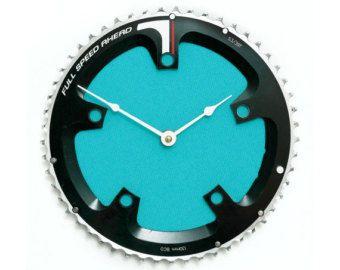 Lorologio nella foto è lorologio esatto si riceverà ed è pronto a spedire al più presto.  Questo orologio da parete moto industriale mozzafiato è laggiunta perfetta a tutta la casa. Artigianalmente da parti di biciclette riciclata rende questa bici orologio il regalo perfetto per i ciclisti. È più appena di un orologio, è un pezzo di divertimento e arte funzionale che farà in modo che sei cavalcare il tempo (bisticcio).  Questa bicicletta ingranaggio orologio è stato realizzato…