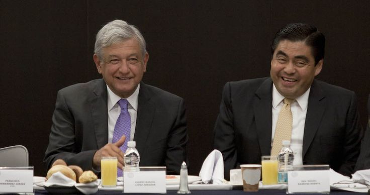 """Andrés Manuel López Obrador agradeció el apoyó que le externó el coordinador perredista en el Senado, Miguel Barbosa, a quien le dio """"la bienvenida"""" a su proyecto."""