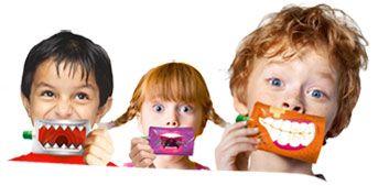 """Cette gourde a deux faces, l'une pour identifier le produit et l'autre est un réel divertissement pour les enfants. Ce produit alimentaire assure également une fonction de divertissement.  Communication: L'impacte visuel est fort, et l'impulsion d'achat par les enfants est l'un des atouts majeurs de ce produit. Le positionnement est clairement définie, premièrement par le nom du produit """"P'ti Dros"""" qui renvoie à l'enfance, et deuxièmement par le coté amusant que recherche les enfants."""