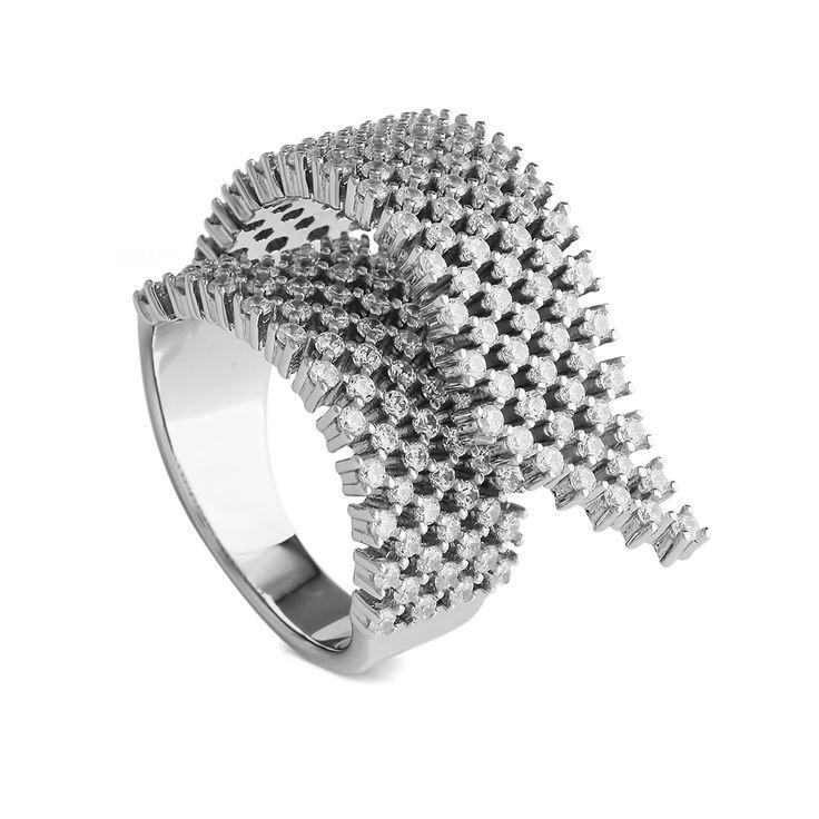 Изящное кольцо в технике ювелирного плетения воздушно и женственно. Объемное, легкое, нежное и лаконичное. Идеальное украшение для современной жительницы большого города — универсально для повседневных образов и вечерних нарядов.