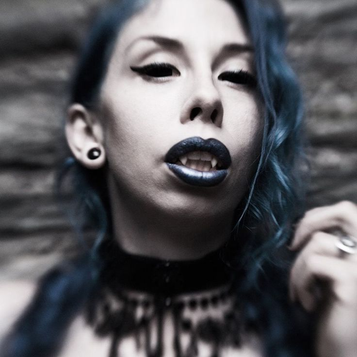 Vampire Janne Ebbesdatter Lavogez. Blue hair and blue lipstick. Photographer Julie Loen