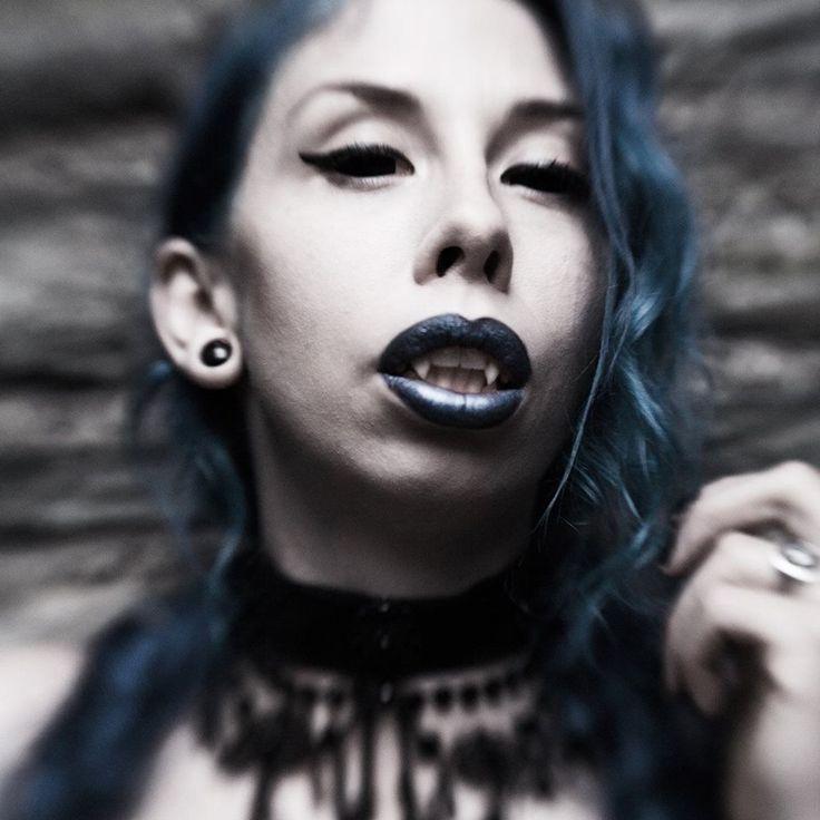 Vampire Janne Ebbesdatter Lavogez. Blue hair and blue lipstick. Photographer Julie Loen