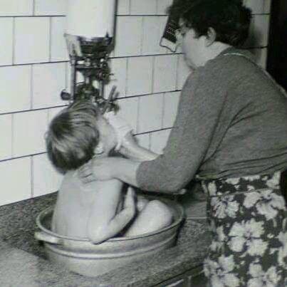 Zo werd je vroeger gewassen voor mij helemaal herkenbaar. Maar wel zonder geiser er werd eerst een grote pan water op het gas gezet om het water warm te krijgen