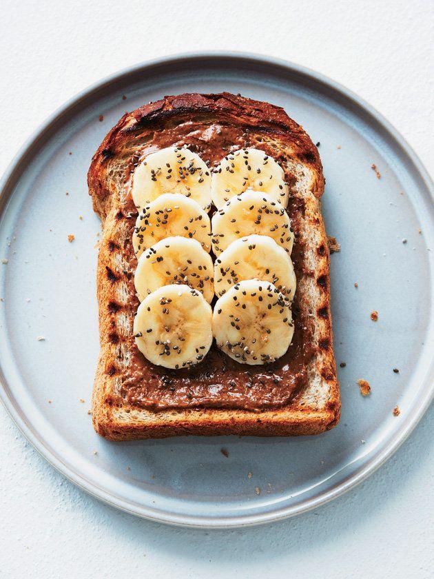 プチプチとはじける食感が新しい!チアシードでバナナにアクセント。チアシードが含むオメガ3脂肪酸の酸化を防ぐには、ビタミンEが豊富なアーモンドバターを。|『ELLE a table』はおしゃれで簡単なレシピが満載!