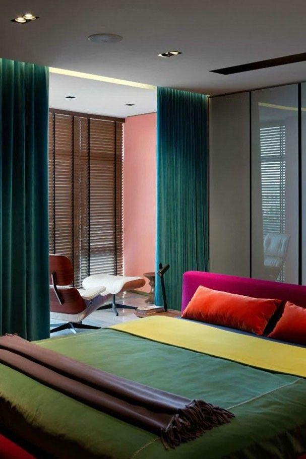 """Mix de nuances """"O rosa também pode funcionar como um interessante contraponto às cores profundas -- conforme comprova este quarto, em que a cor convive em harmonia com o laranja, o amarelo e dois tons de verde. O segredo para o sucesso desse mix de nuances é lançar mão de móveis e composições minimalistas e de linhas retas."""" No Casa Vogue"""
