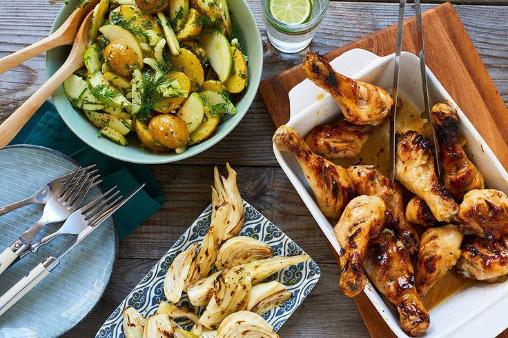Een zomers recept van Marley Spoon: honing-mosterd drumsticks met aardappelsalade en venkel. BBQ aansteken of heteluchtoven voorverwarmen op 220 graden. Met een scherp mes 2-3 diepe inkepingen in het vlees maken. Dan ovenschaal met aluminiumfolie bekleden, kip daarin leggen, met snuf zout en peper kruiden en circa 10 minuten in oven of op BBQ voorkoken. …