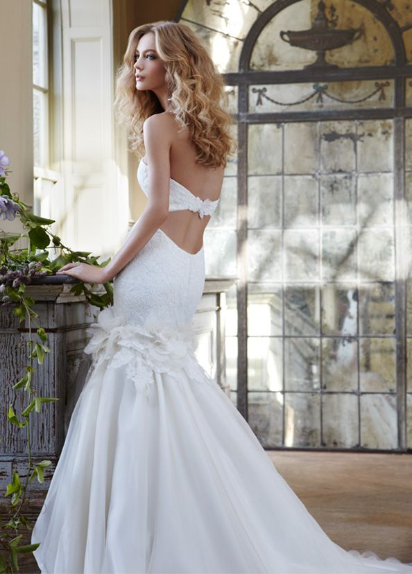 yet another pretty wedding dress!!! <3