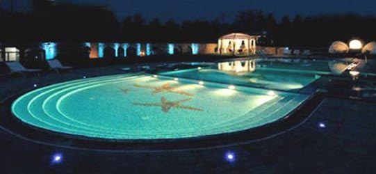 Sistemazione spazi esterni e creazione nuova piscina - Visione d'insieme notturna - Carobbio degli Angeli (BG) Luglio 2006 - Fotografo Paolo Stroppa