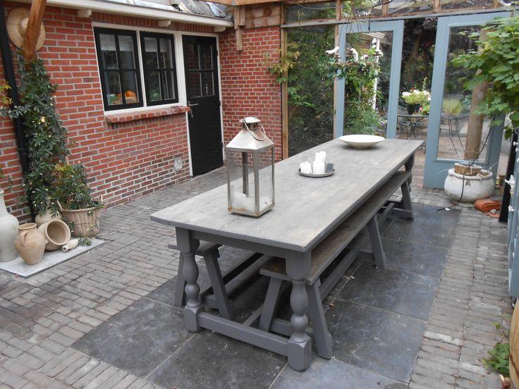 Eettafel 'Orangerie'  Het tuinmeubilair is dubbel duurzaam. Het hout komt uit Nederlandse parken (in plaats van bijvoorbeeld regenwouden) én de meubels gaan zelfs onbehandeld al meer dan tien jaar mee!