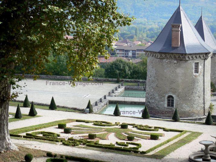 Château+du+Touvet:+Jardins+du+château+:+parterre+de+broderies+de+buis+bordant+l'escalier+d'eau+et+chapelle+;+sur+la+commune+de+Le+Touvet,+dans+le+Grésivaudan - France-Voyage.com