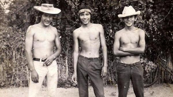 Hermindo Luna (extremo izq.) es considerado el héroe de la resistencia con gloria de los soldados formoseños. Conscripto de 21 años, el 5 de octubre de 1975, en pleno gobierno constitucional de la presidenta Isabel Perón, rechazó el intento de copamiento de un cuartel del Ejército por parte de Montoneros, uno de los dos grupos guerrilleros más poderosos de los '70 (ERP era el otro) Su asesinato, y el de miles más por parte de la guerrilla, sigue impune.