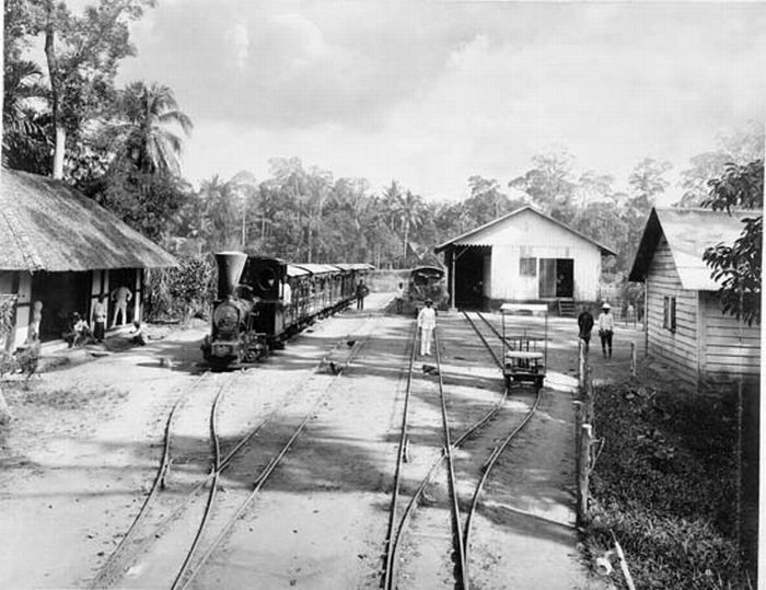 1890-1905: Kereta api dengan jarak rel sempit untuk pengangkutan menuju sungai di perkebunan tembakau Deli Serdang, Sumatera Utara. Juru foto: Stafhell & Kleingrothe
