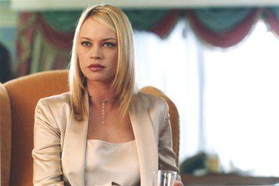 Arturo, a gazdag vállalkozó, egy gyönyörű házban lakik. Gátlástalan, volt felesége – Elena – elhatározza, hogy tönkreteszi őt és megszerzi az egész vagyonát. Arturo felvesz egy házvezetőnőt, Mikit. A lány Elena ismerőse, akit az ex-feleség fel akar használni célja eléréséhez. Jones, a hűséges lakáj, azonban felfedi Elena tervét és mindent megtesz azért, hogy megmentse Arturót. A látszatok világában, amelyben senki se az, akinek mondja magát és mindenkinek van rejtegetnivalója, az igaz…