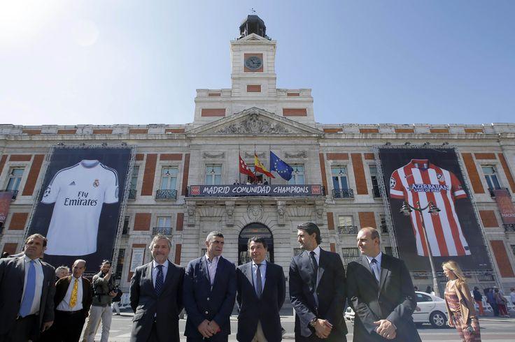 La Comunidad celebra la Champions con dos camisetas gigantes del Real Madrid y el Atlético en la Puerta del Sol.