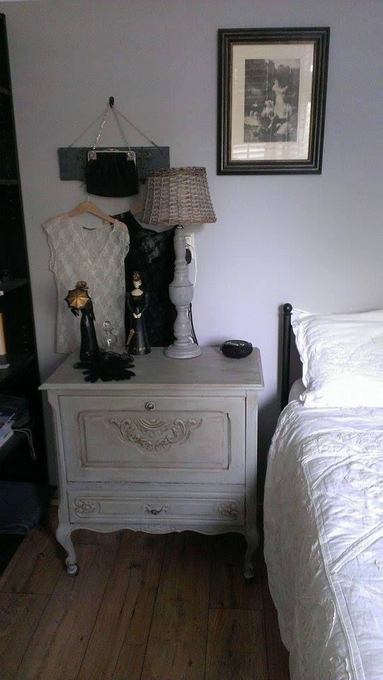 Ook dit nachtkastje geverfd met #Anniesloan paris grey en n antieklook gegeven met soft en darkwax ,mooi ?  Ik ben er erg blij mee !! Groetjes Jannie  https://www.shabbytreats.com/annie-sloan-krijtverf-paris-grey.htm